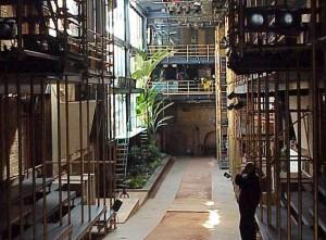 Montado num antigo casarão, o Teatro Oficina passou por uma reforma projetada pela arquiteta Lina Bo Bardi em 1984 e concluída pelo arquiteto Edson Eloi em 1993. Fonte: PiniWeb